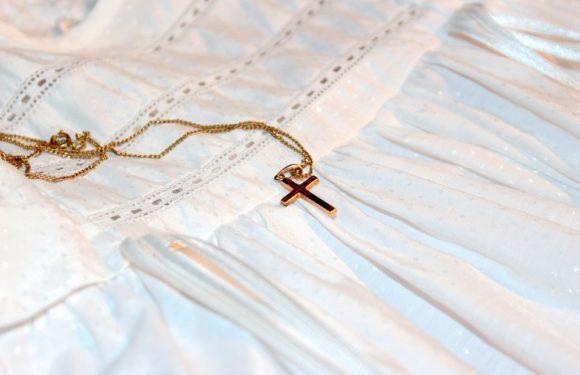 Médaille et chaîne de baptême, qui offre les bijoux ?